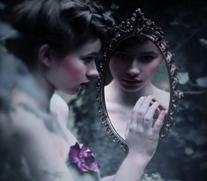 Αποτέλεσμα εικόνας για Μέσα στον καθρέφτη Μαρία Δανιήλ
